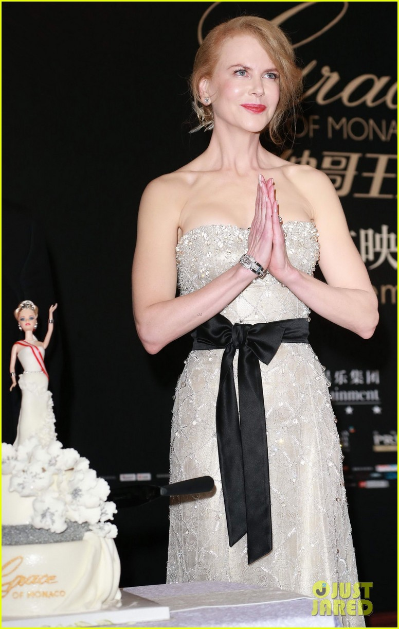 nicole kidman cuts grace of monaco cake in shanghai 093136355