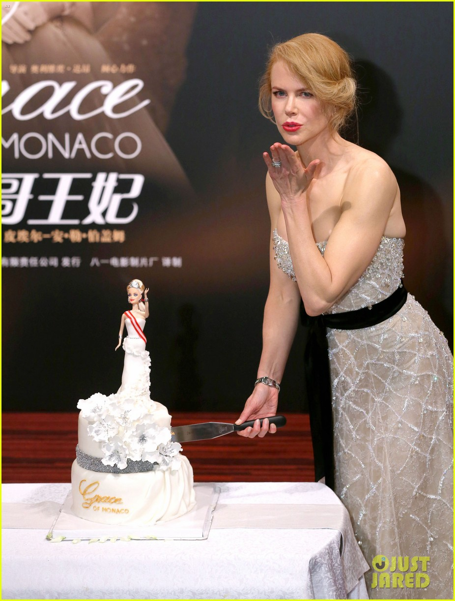 nicole kidman cuts grace of monaco cake in shanghai 113136357