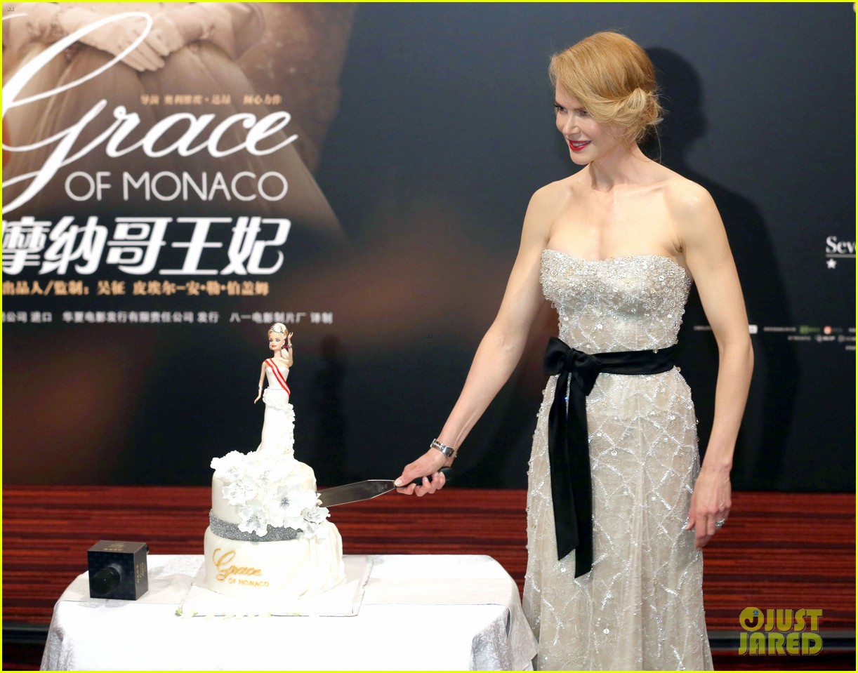 nicole kidman cuts grace of monaco cake in shanghai 12