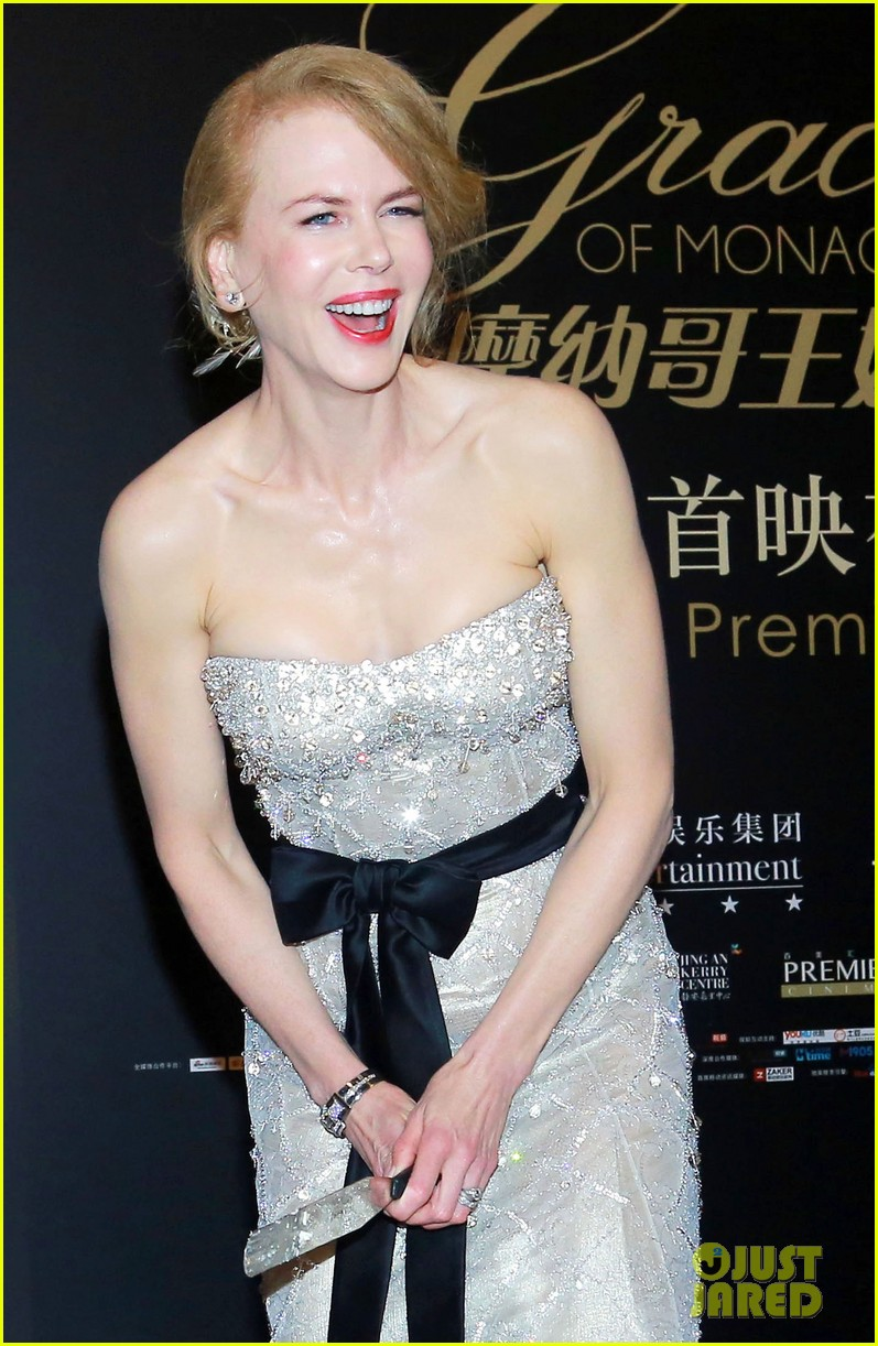 nicole kidman cuts grace of monaco cake in shanghai 133136359