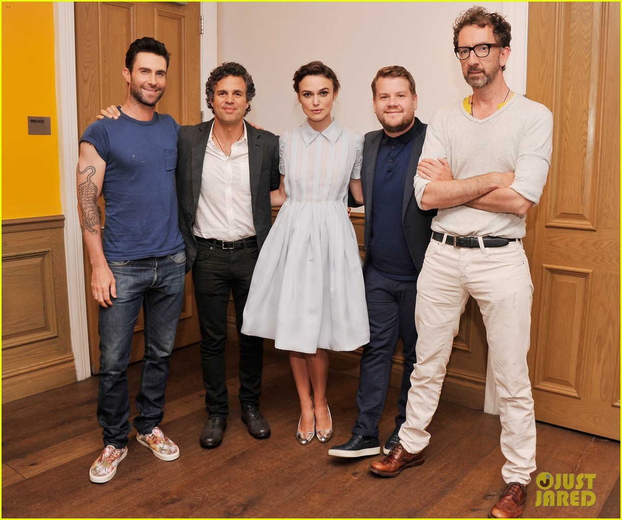 keira knightley cant stop laughing when with adam levine 033144190