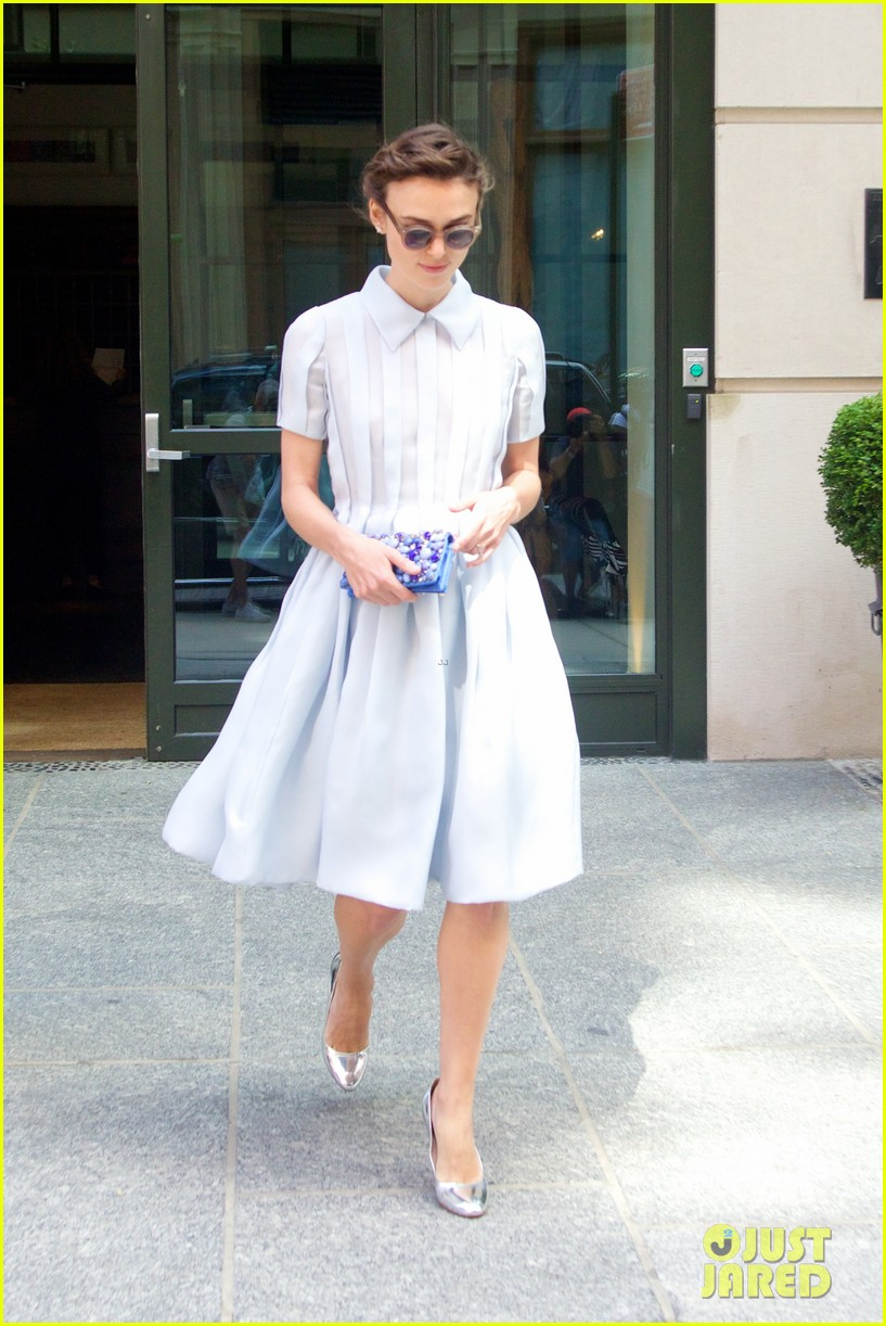 keira knightley cant stop laughing when with adam levine 143144201