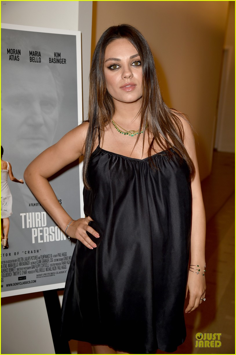 mila kunis baby bump get red carpet attention 093132181
