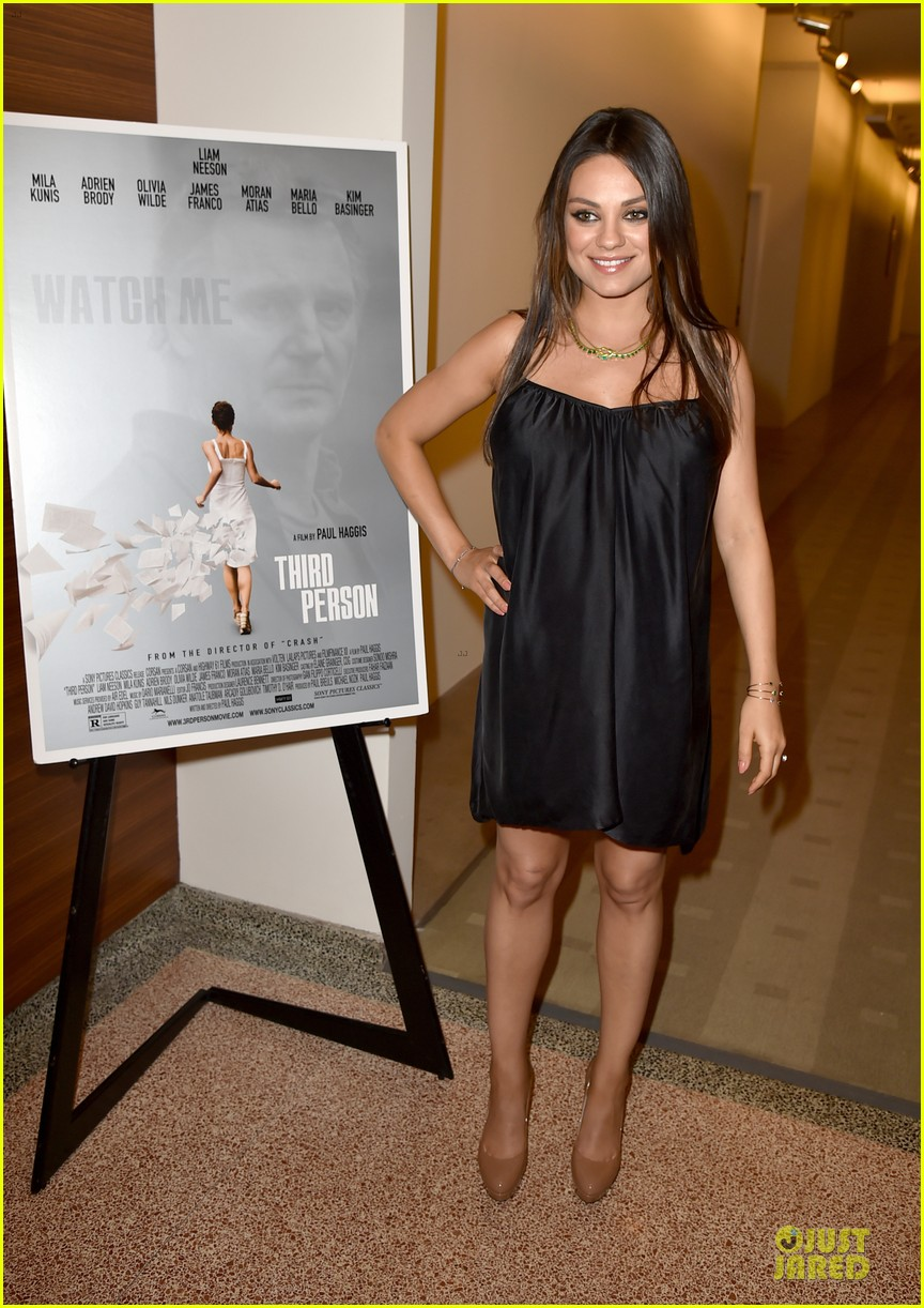 mila kunis baby bump get red carpet attention 113132183