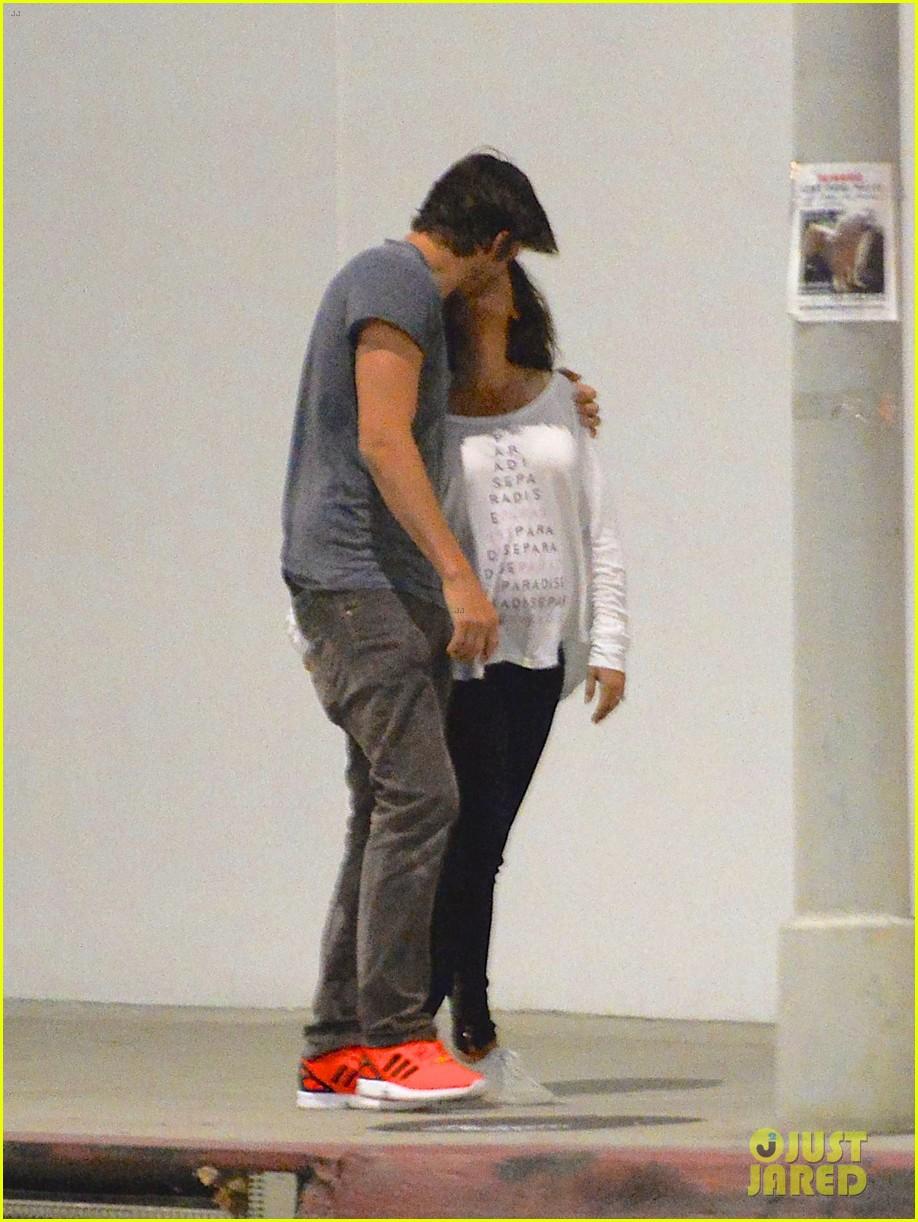 ashton kutcher pregnant mila kunis romantic kiss 013130587