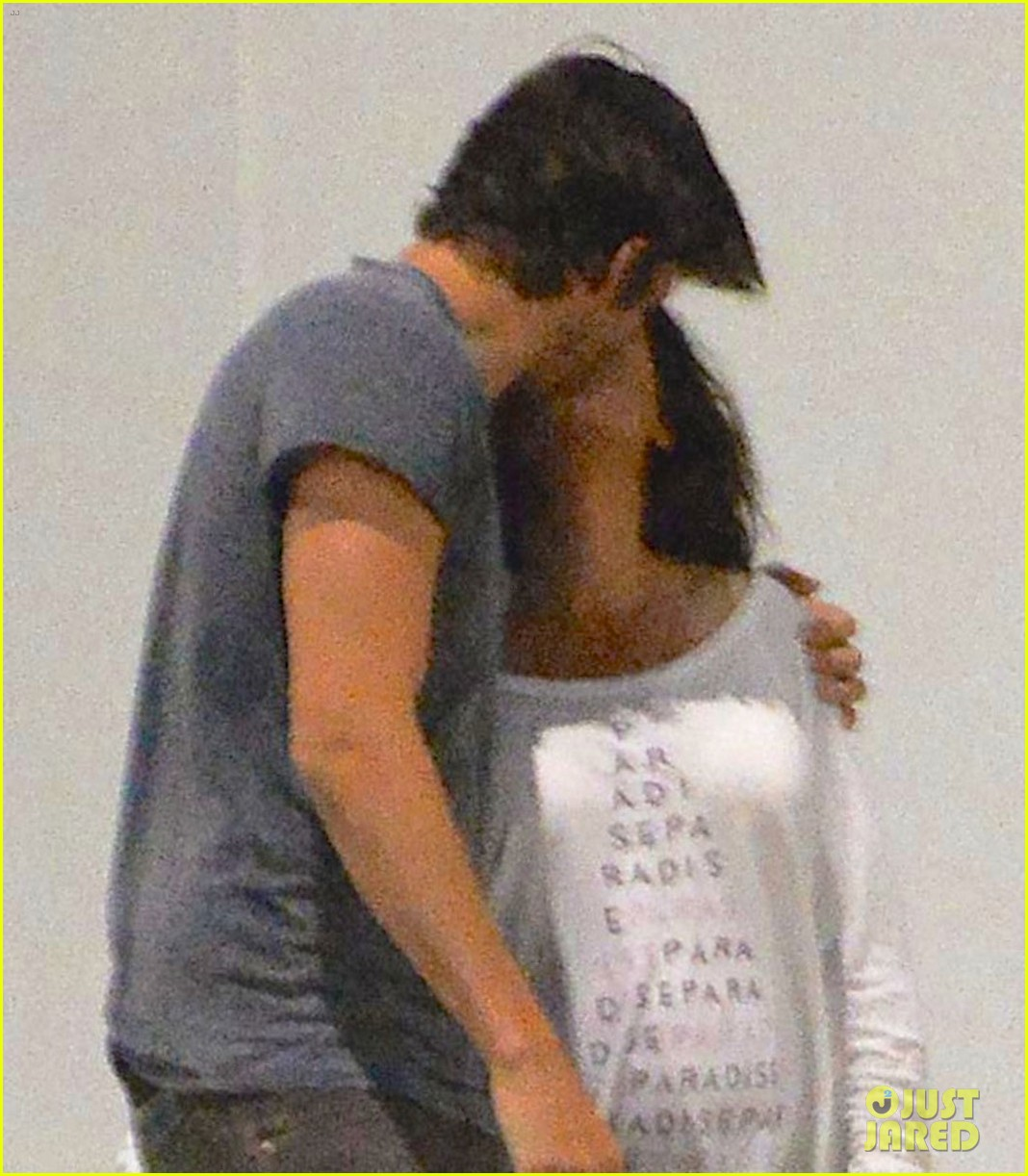 ashton kutcher pregnant mila kunis romantic kiss 033130589