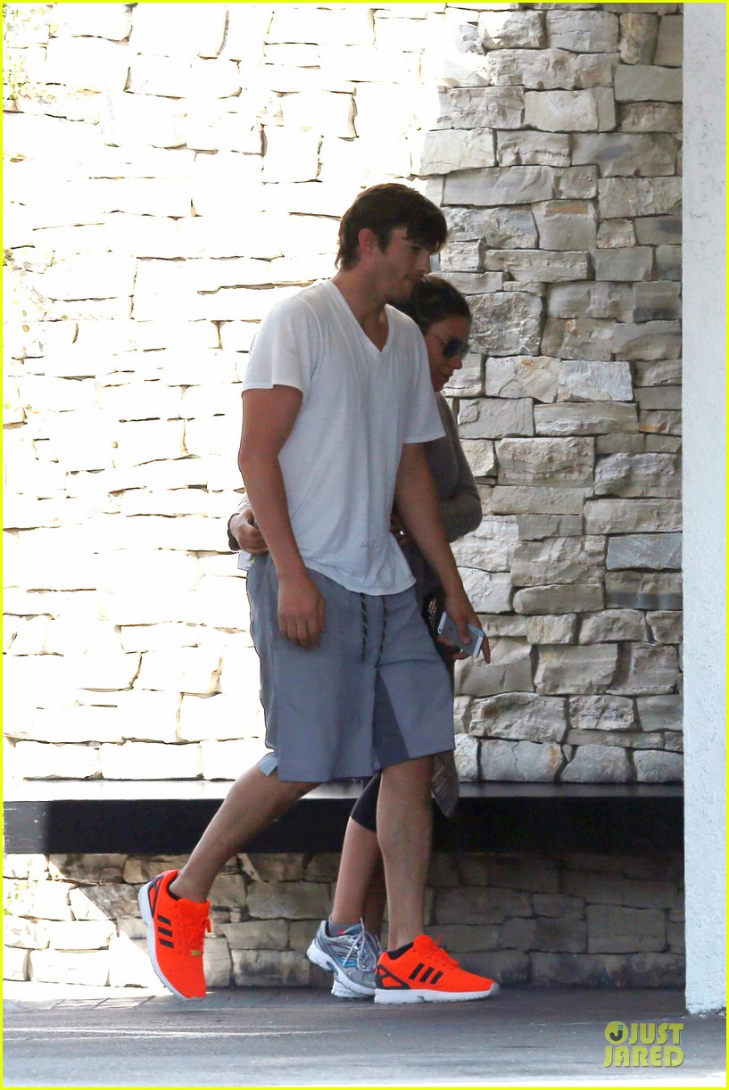 ashton kutcher mila kunis look closer than ever 073130948