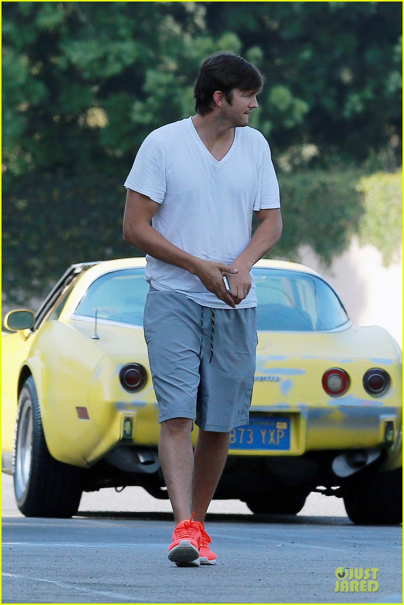 ashton kutcher mila kunis look closer than ever 083130949