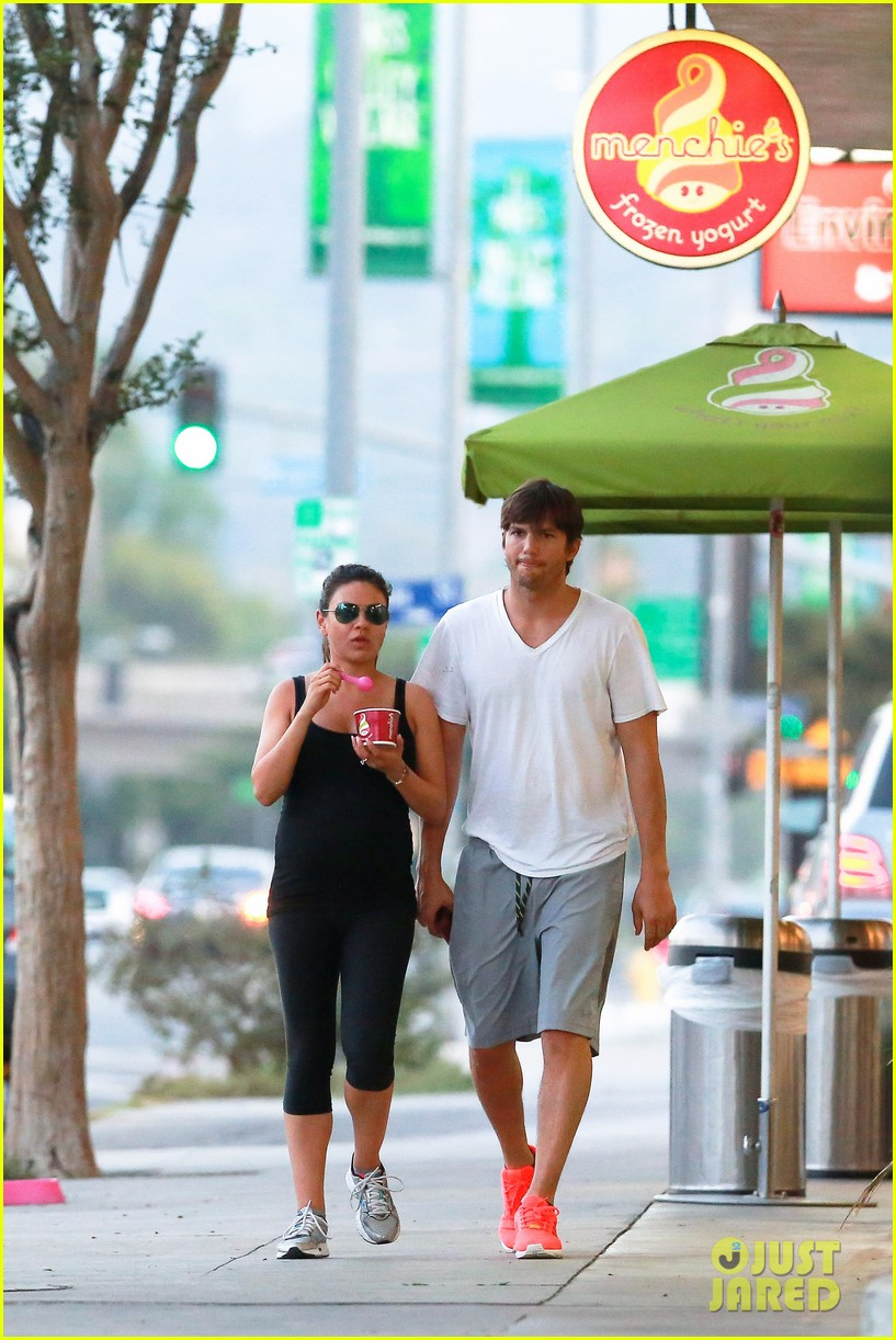 ashton kutcher plants a sweet kiss on pregnant mila kunis 093131531
