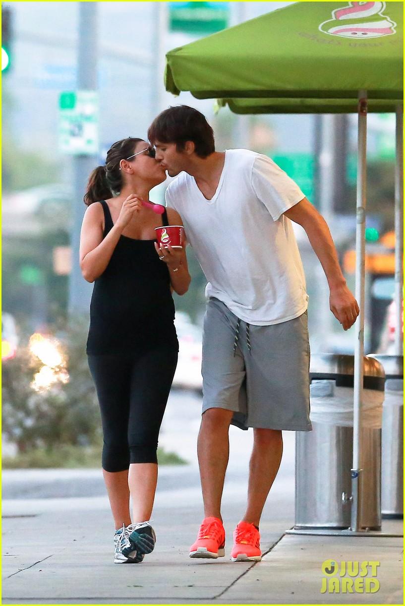 ashton kutcher plants a sweet kiss on pregnant mila kunis 103131532