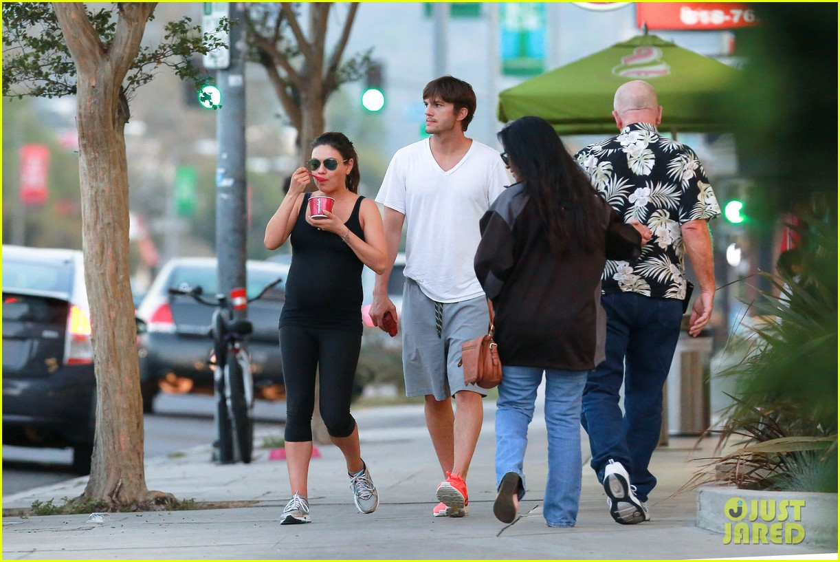 ashton kutcher plants a sweet kiss on pregnant mila kunis 16