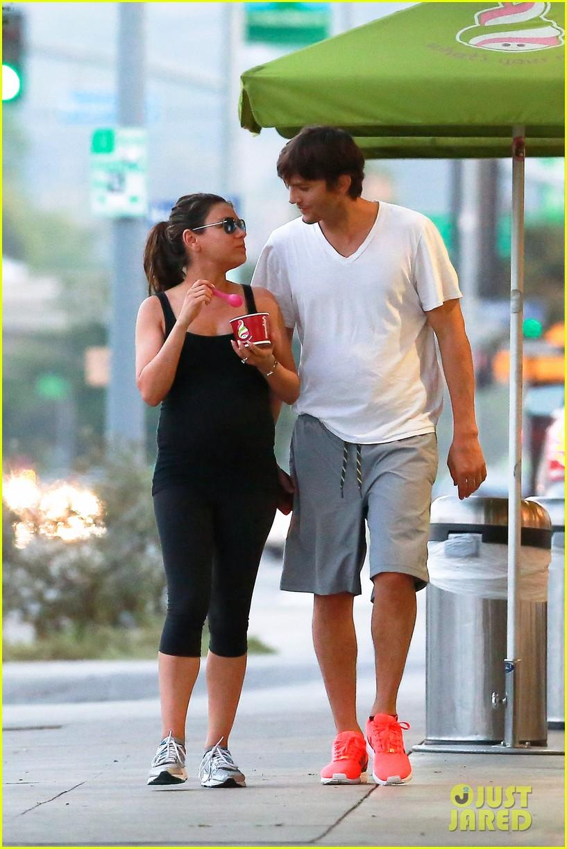 ashton kutcher plants a sweet kiss on pregnant mila kunis 173131539