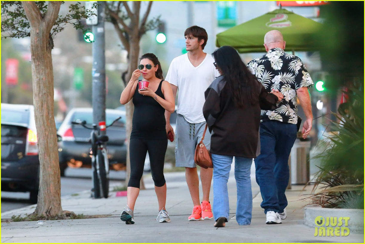 ashton kutcher plants a sweet kiss on pregnant mila kunis 183131540