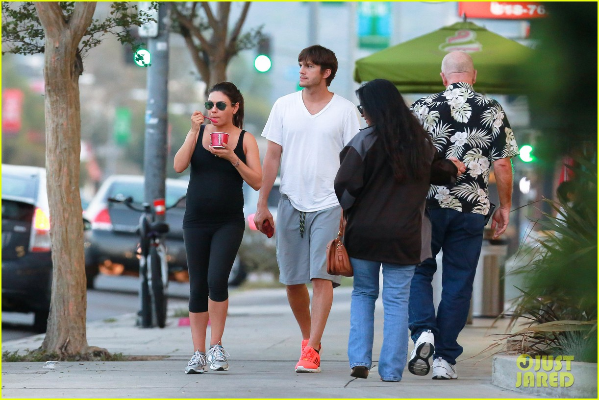 ashton kutcher plants a sweet kiss on pregnant mila kunis 203131542