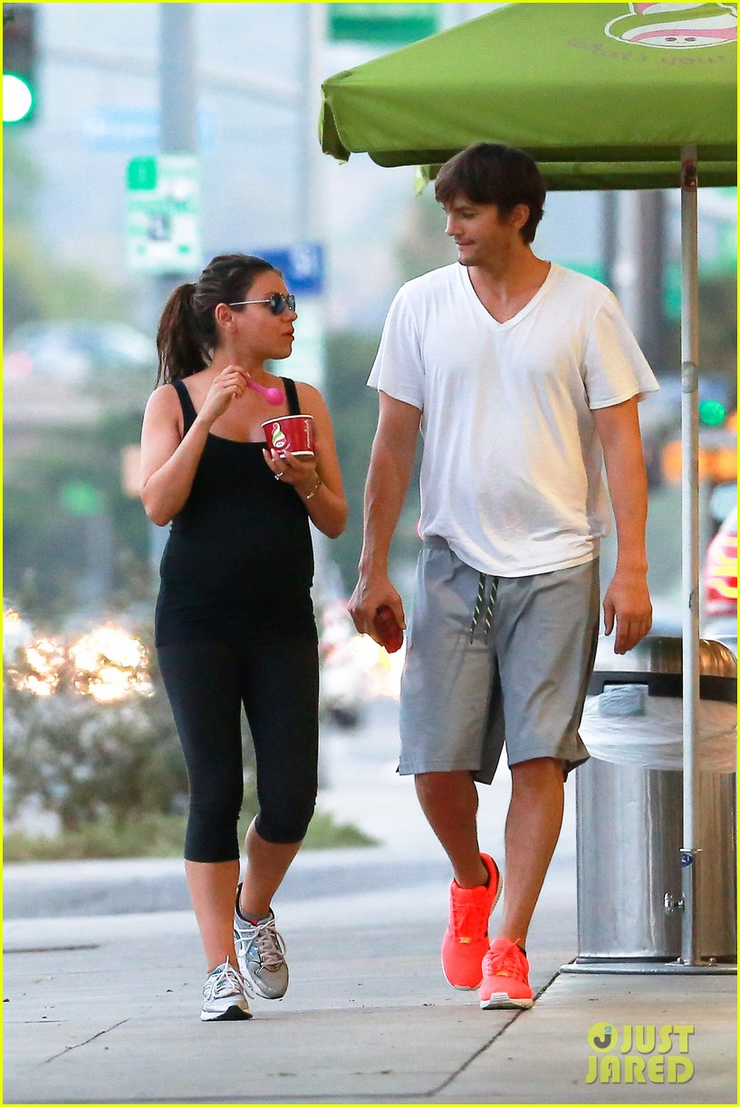 ashton kutcher plants a sweet kiss on pregnant mila kunis 21