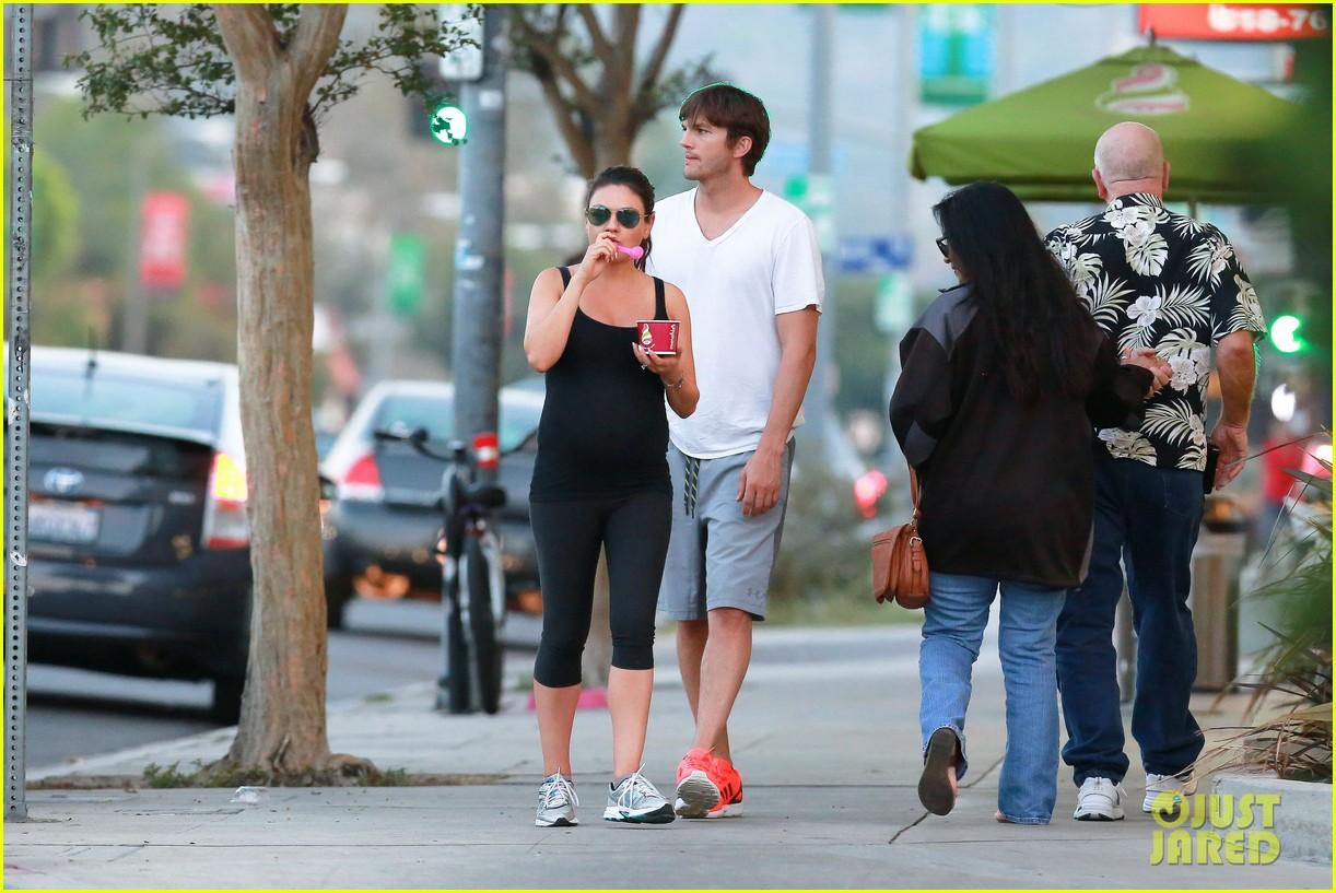 ashton kutcher plants a sweet kiss on pregnant mila kunis 223131544
