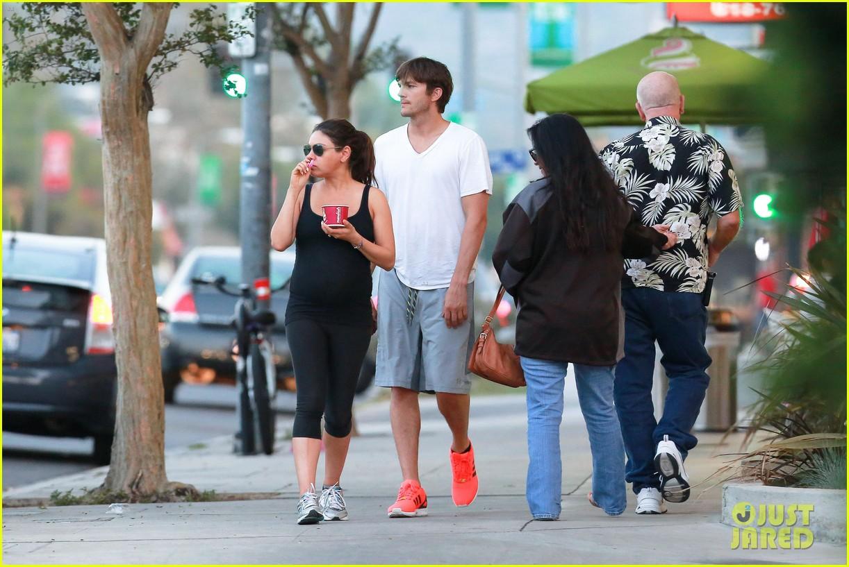 ashton kutcher plants a sweet kiss on pregnant mila kunis 313131553