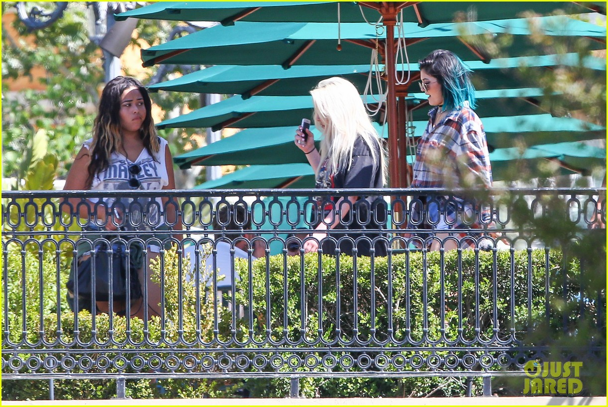 kylie jenner jaden smith eat nearby restaurants 243126398