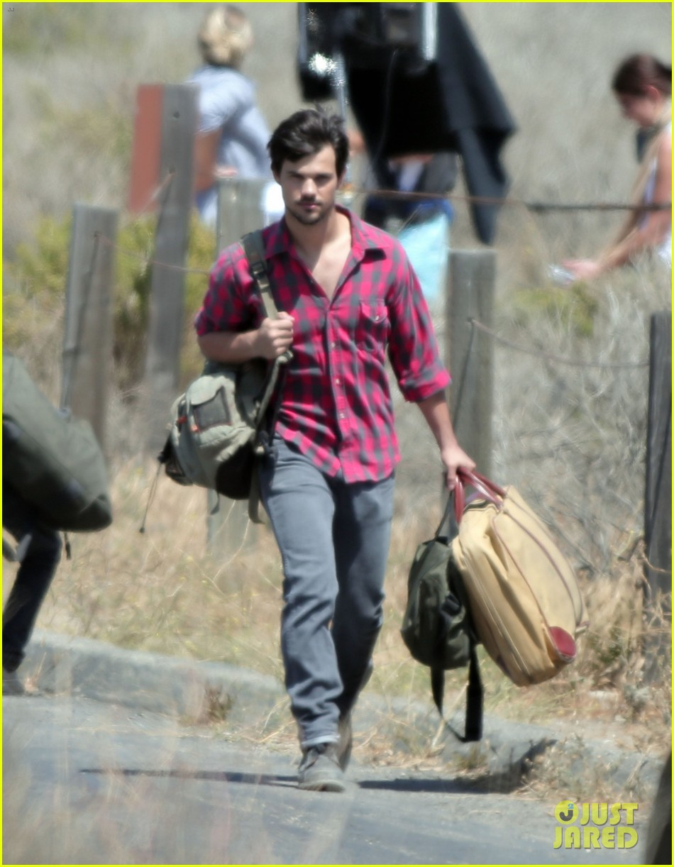 taylor lautner goes shirtless for run the tide beach scenes 043138075