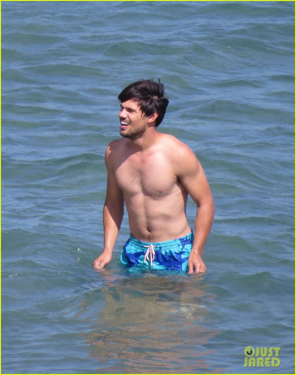 taylor lautner goes shirtless for run the tide beach scenes 053138076