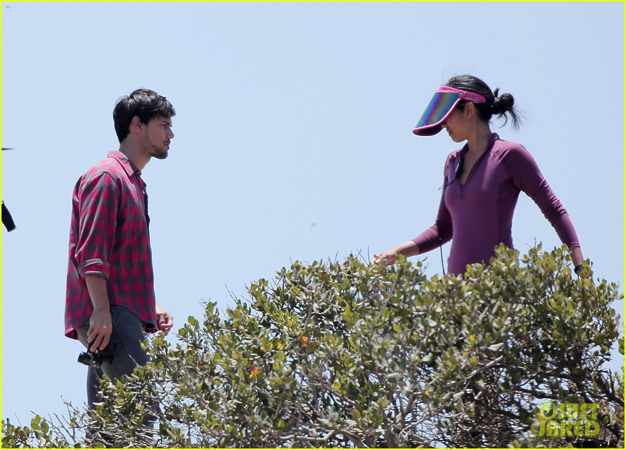taylor lautner goes shirtless for run the tide beach scenes 06
