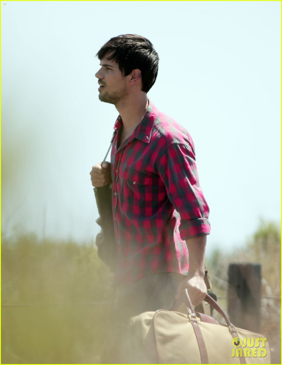 taylor lautner goes shirtless for run the tide beach scenes 093138080
