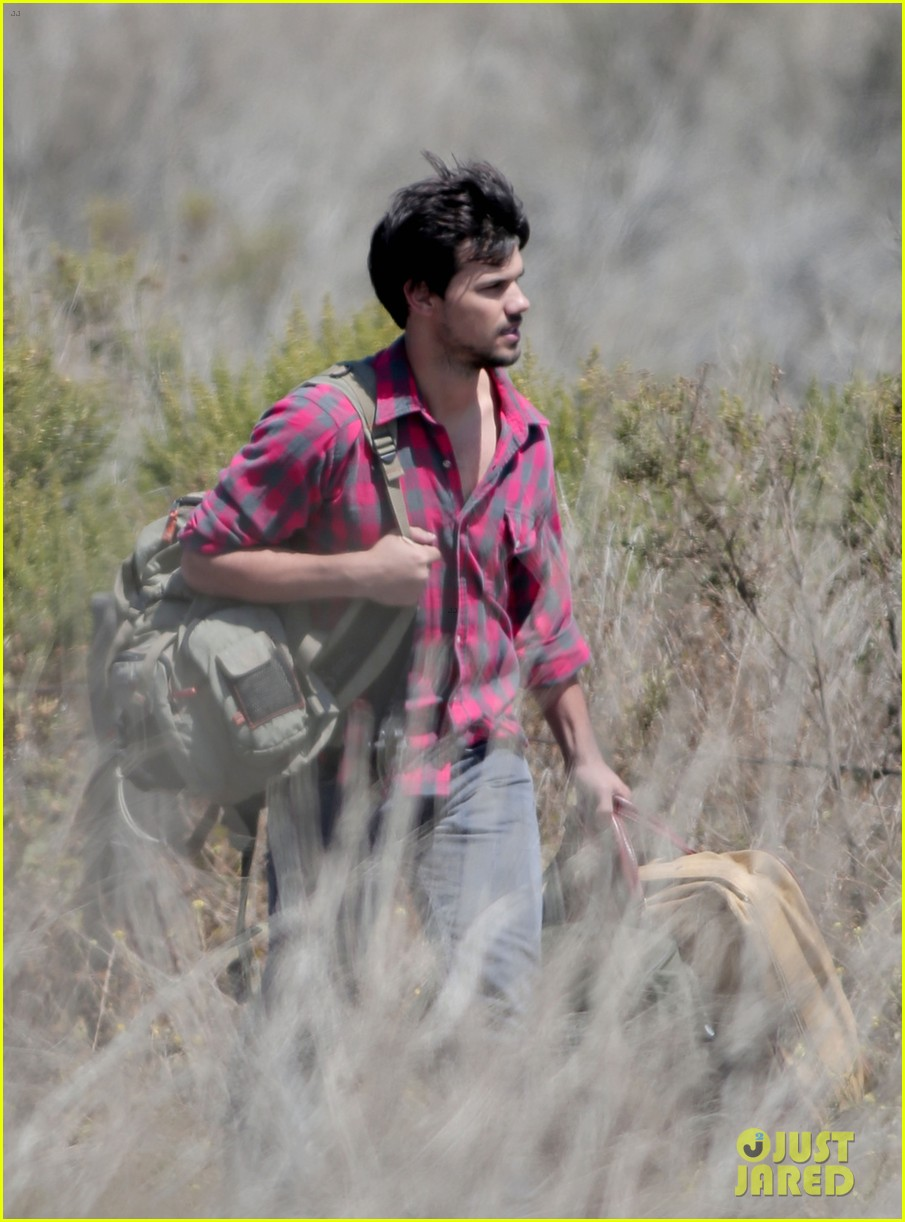 taylor lautner goes shirtless for run the tide beach scenes 103138081