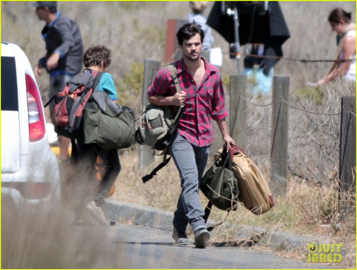 taylor lautner goes shirtless for run the tide beach scenes 123138083