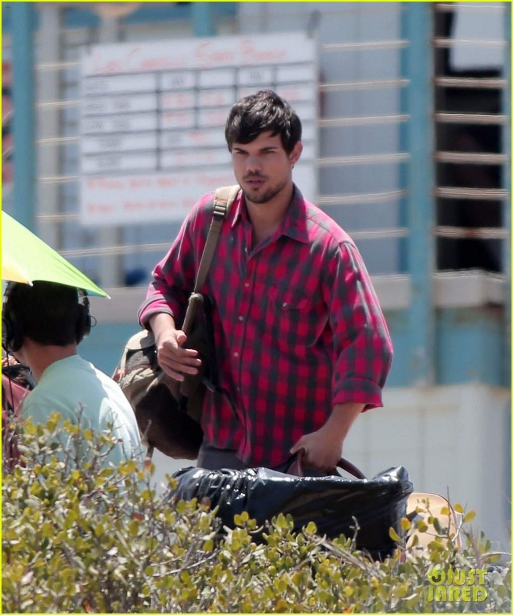 taylor lautner goes shirtless for run the tide beach scenes 143138085