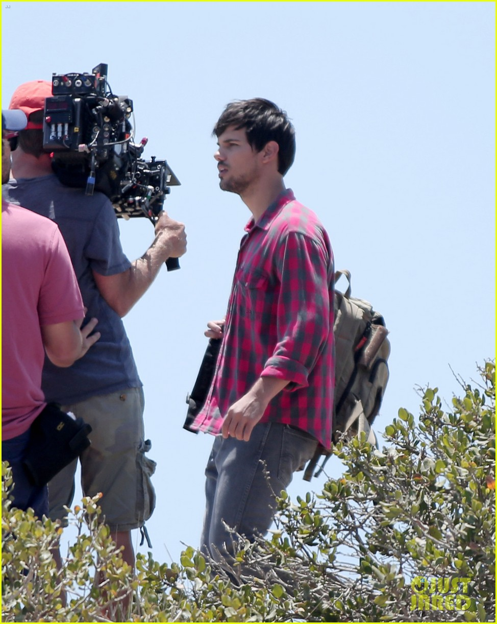 taylor lautner goes shirtless for run the tide beach scenes 153138086