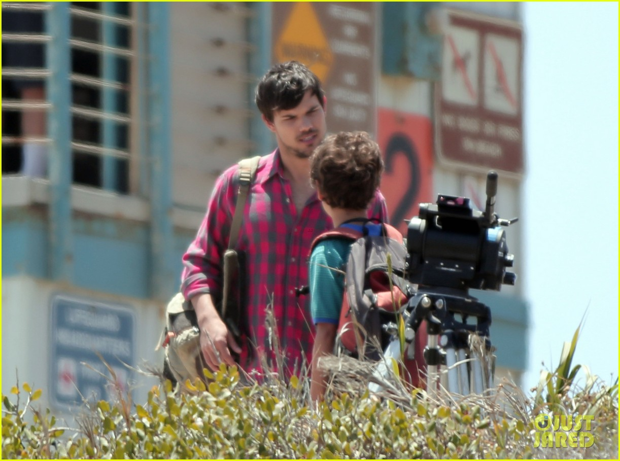 taylor lautner goes shirtless for run the tide beach scenes 173138088