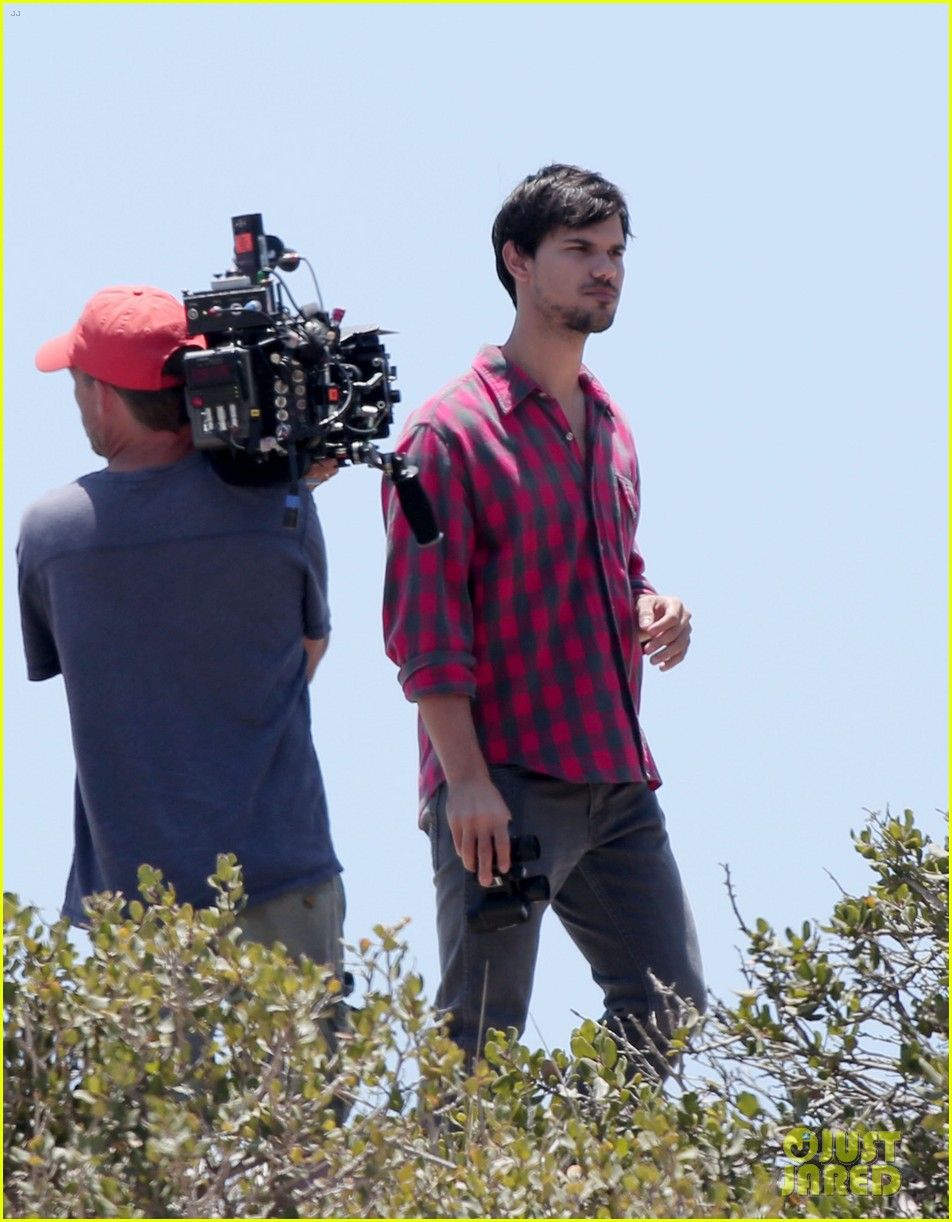 taylor lautner goes shirtless for run the tide beach scenes 183138089