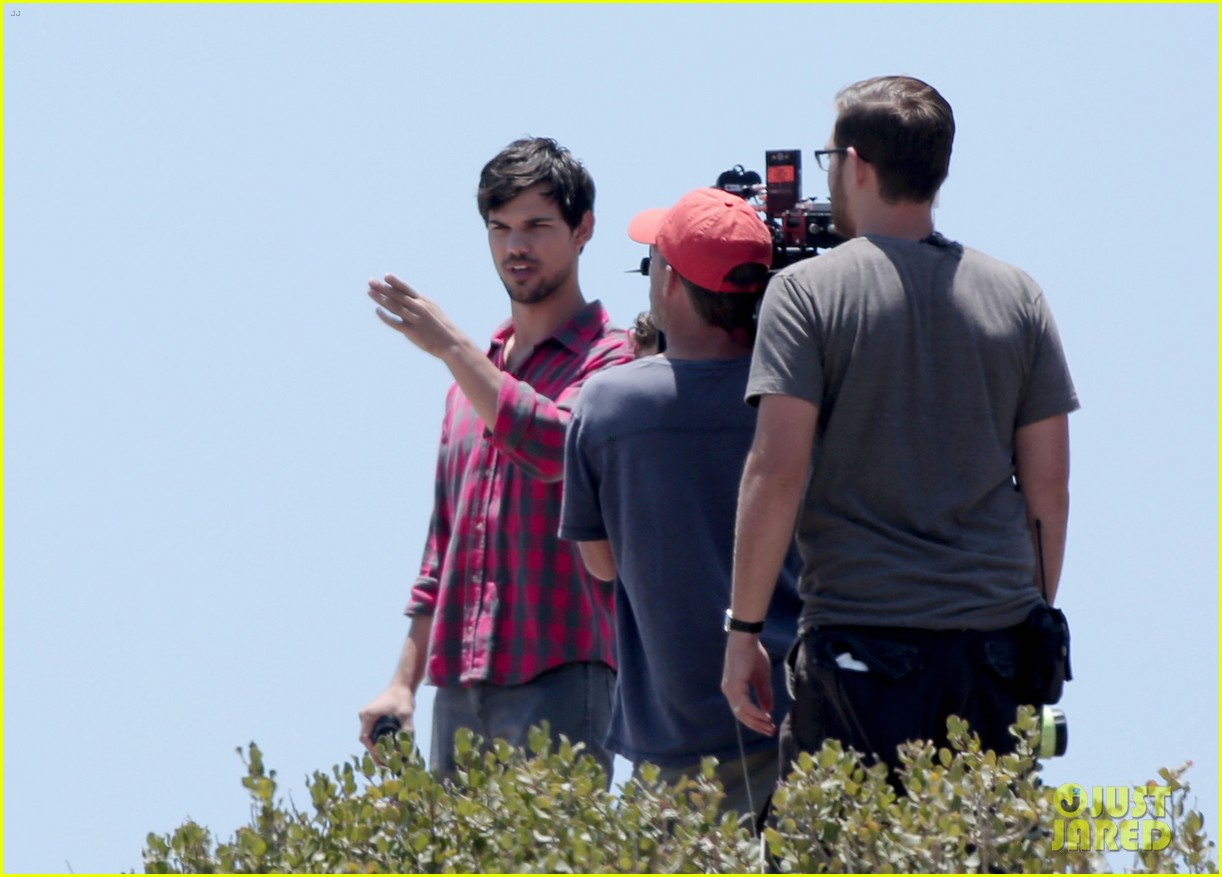 taylor lautner goes shirtless for run the tide beach scenes 193138090