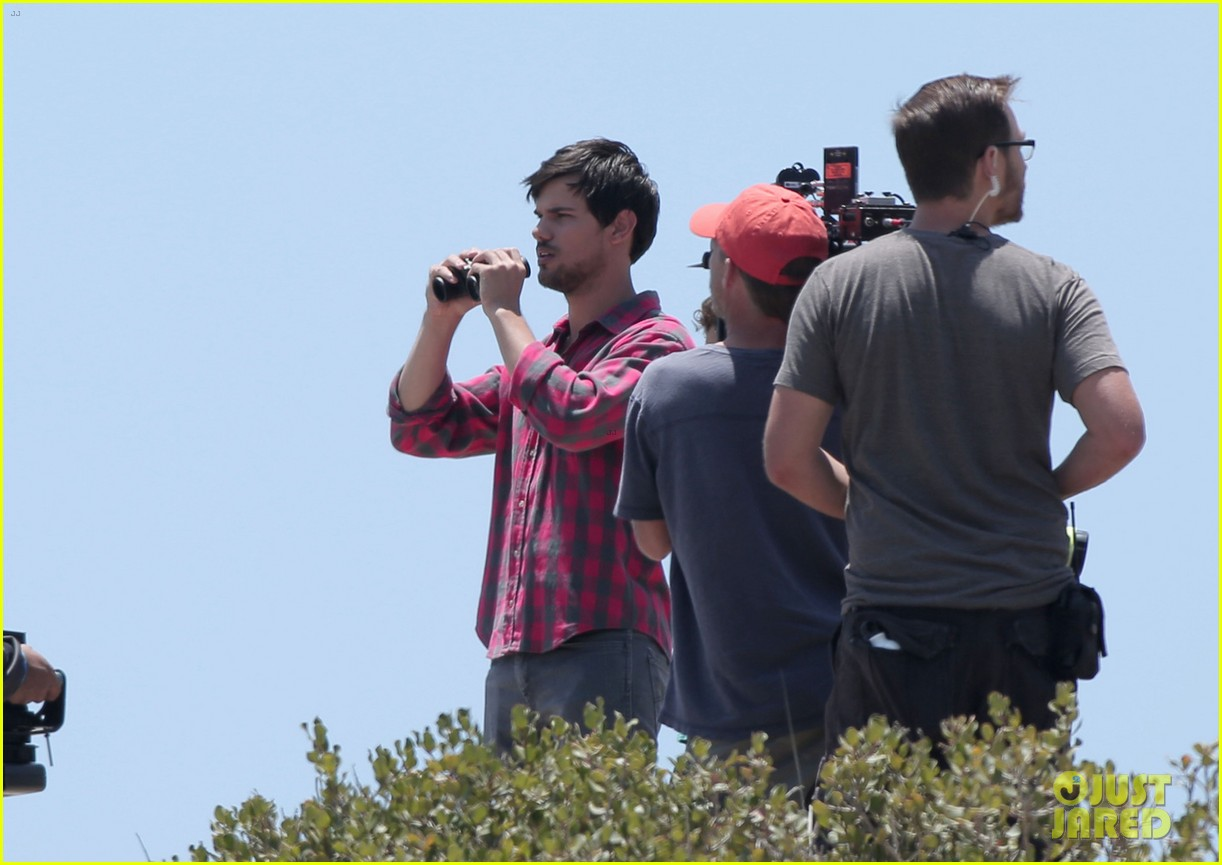 taylor lautner goes shirtless for run the tide beach scenes 213138092