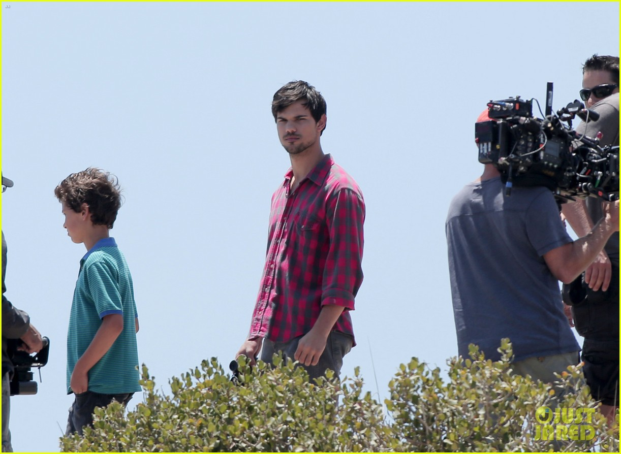 taylor lautner goes shirtless for run the tide beach scenes 223138093
