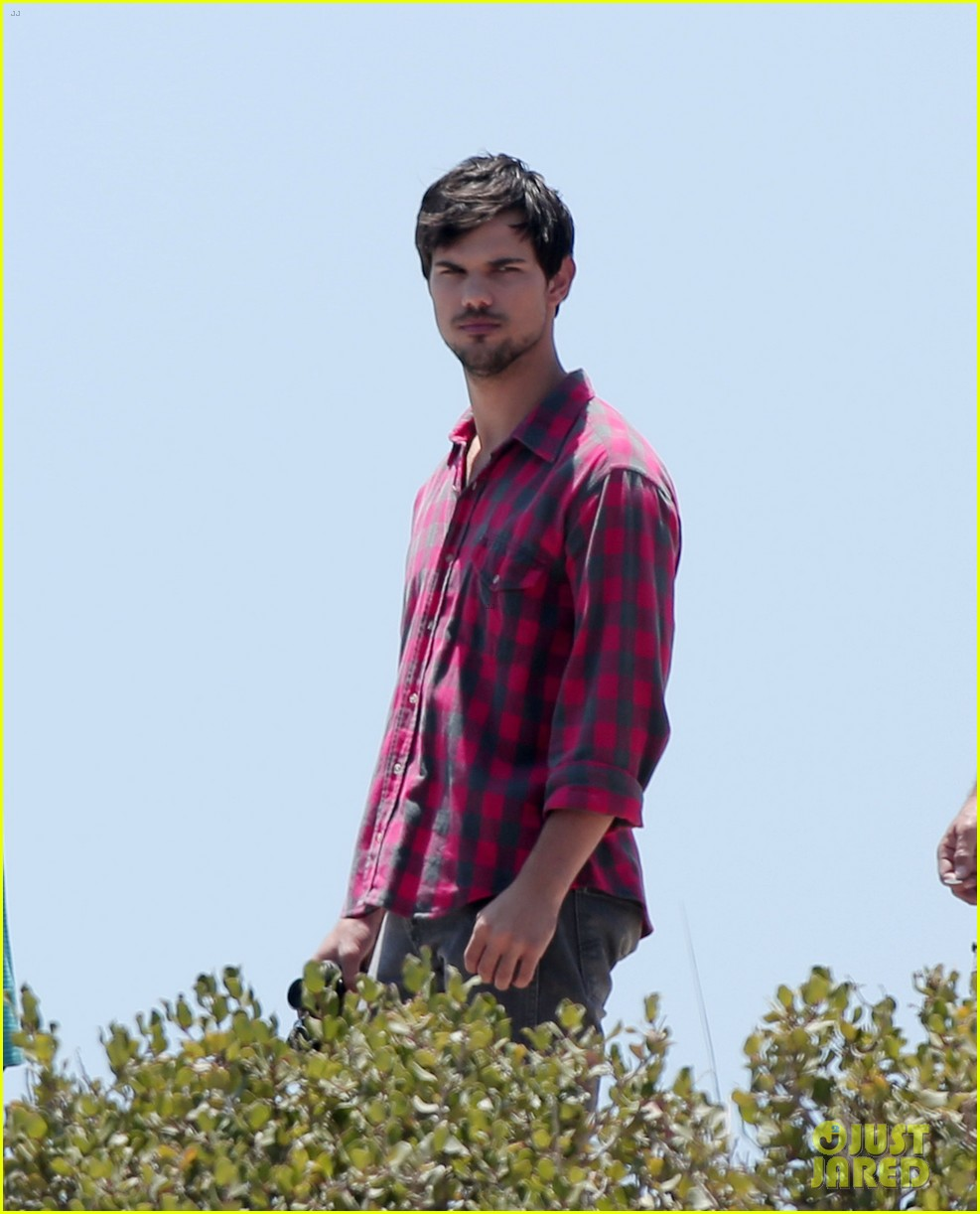 taylor lautner goes shirtless for run the tide beach scenes 233138094