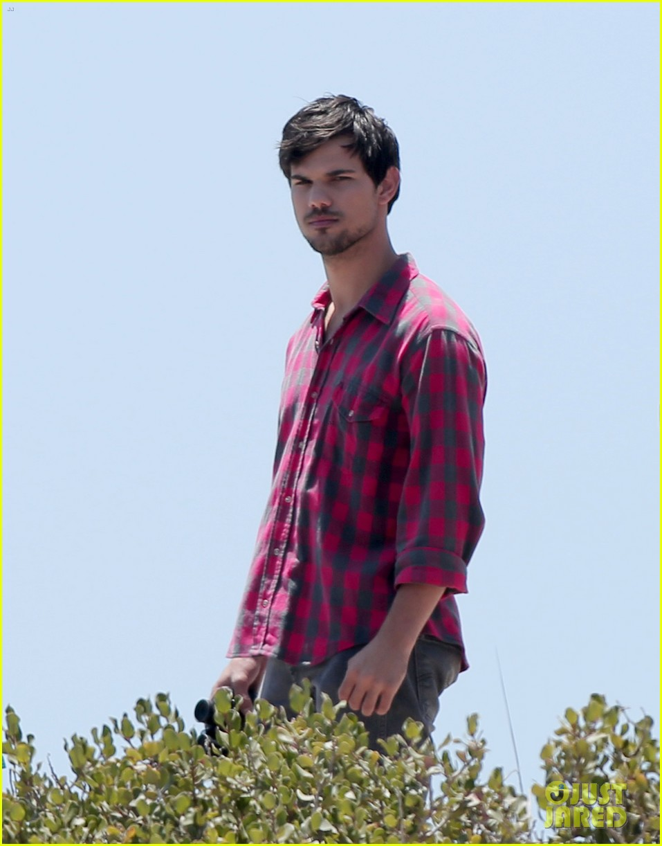 taylor lautner goes shirtless for run the tide beach scenes 243138095