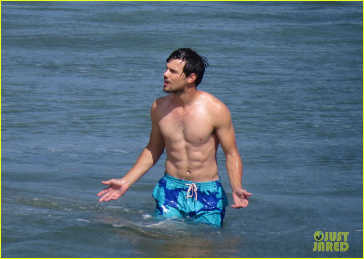 taylor lautner goes shirtless for run the tide beach scenes 263138097