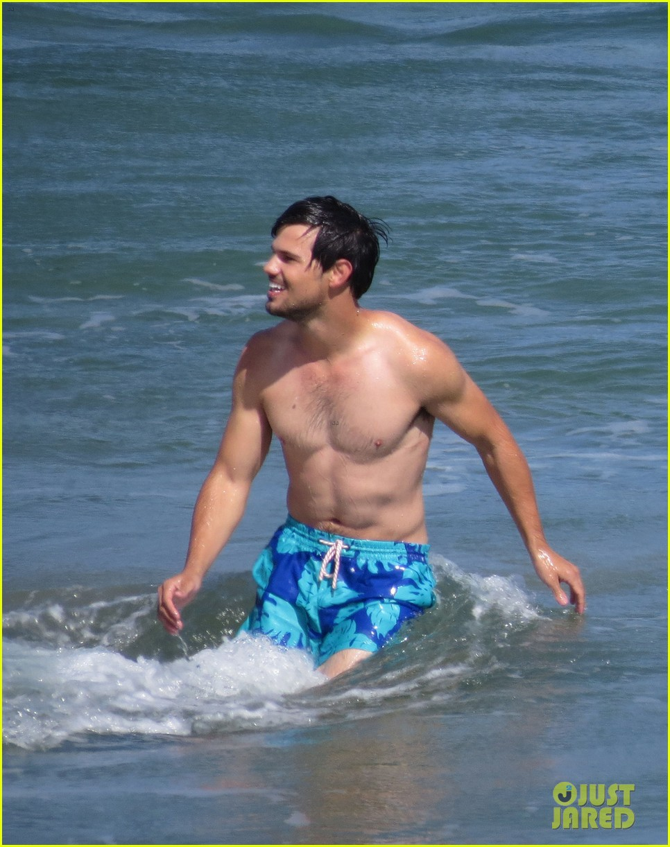 taylor lautner goes shirtless for run the tide beach scenes 283138099