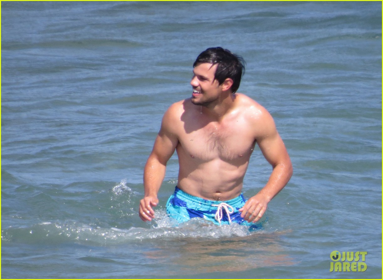 taylor lautner goes shirtless for run the tide beach scenes 323138103