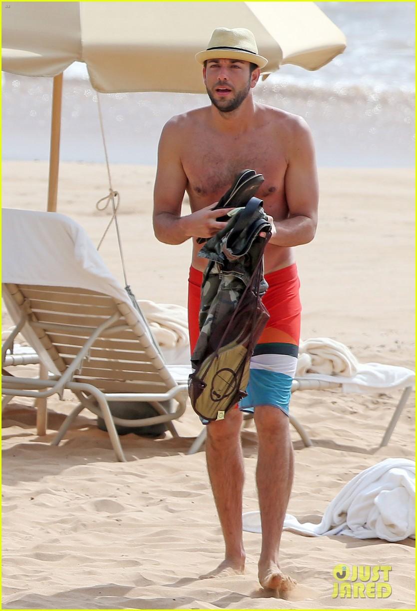 zachary levi shirtless hawaii beach vacation 013134942