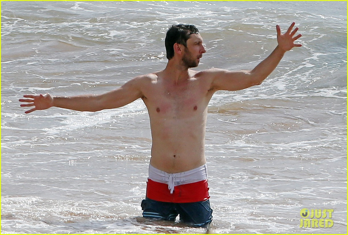 zachary levi shirtless hawaii beach vacation 09