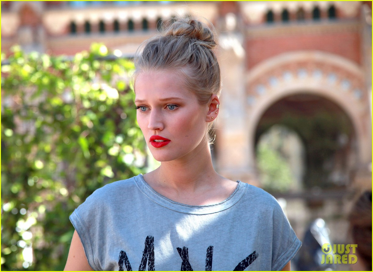 adriana lima toni garrn are beautiful barcelona babes 113146898