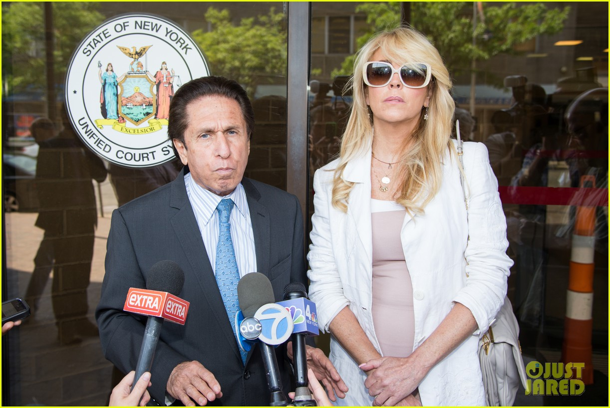 lindsay lohans mom dina lohan charged in dui case 06
