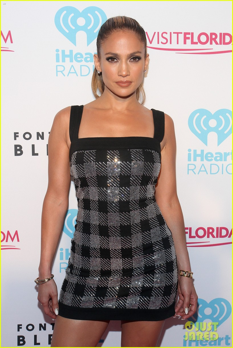 jennifer lopez bares amazing abs at iheartradio pool party 023145781