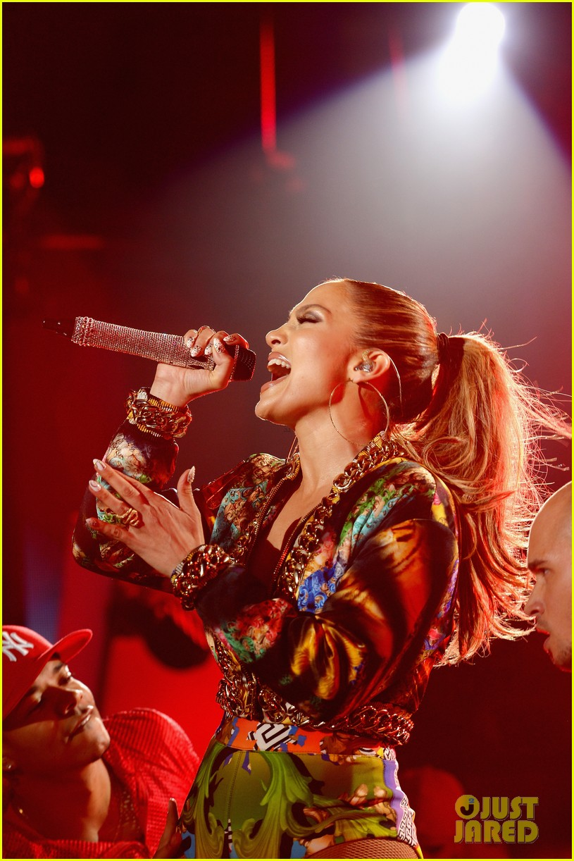 jennifer lopez bares amazing abs at iheartradio pool party 063145785