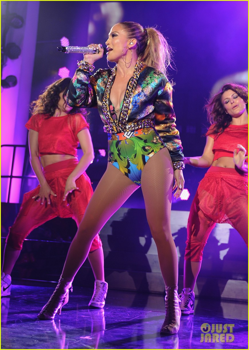 jennifer lopez bares amazing abs at iheartradio pool party 21