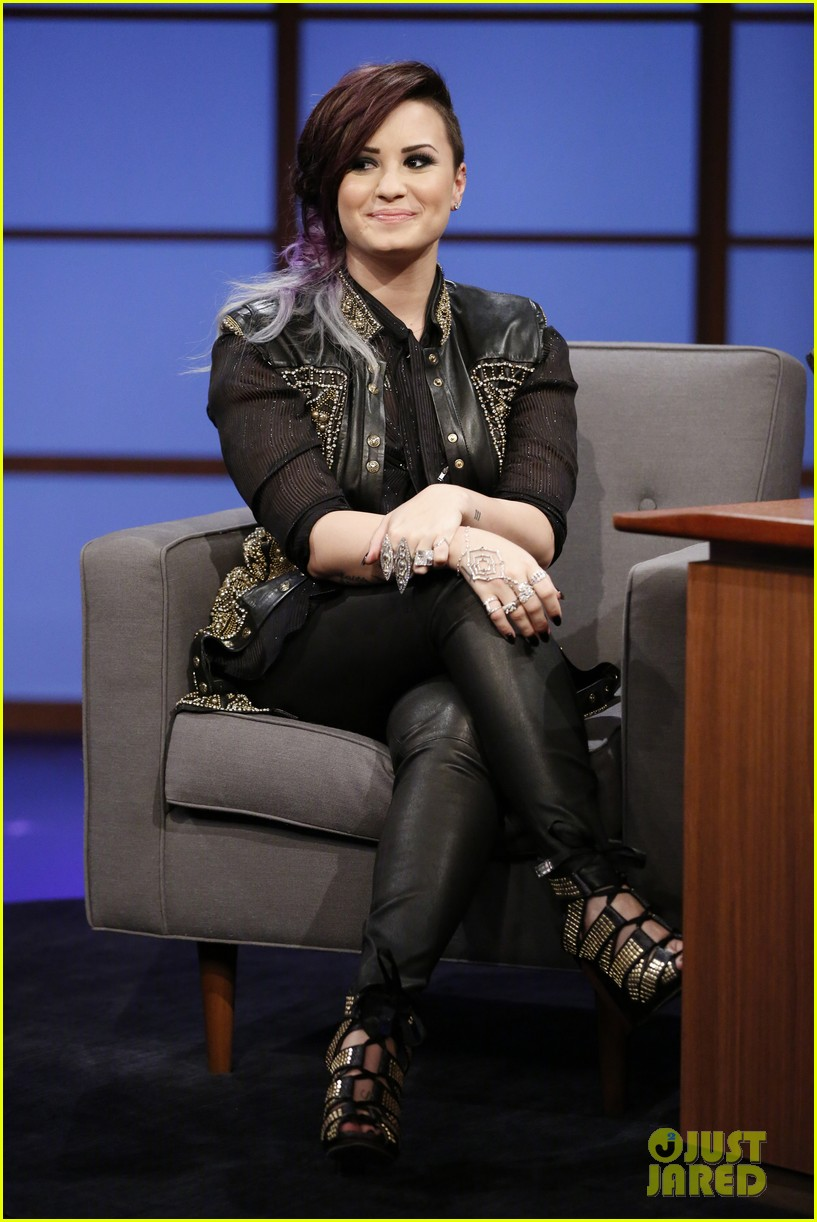 demi lovato visits late night with seth meyers 023128707