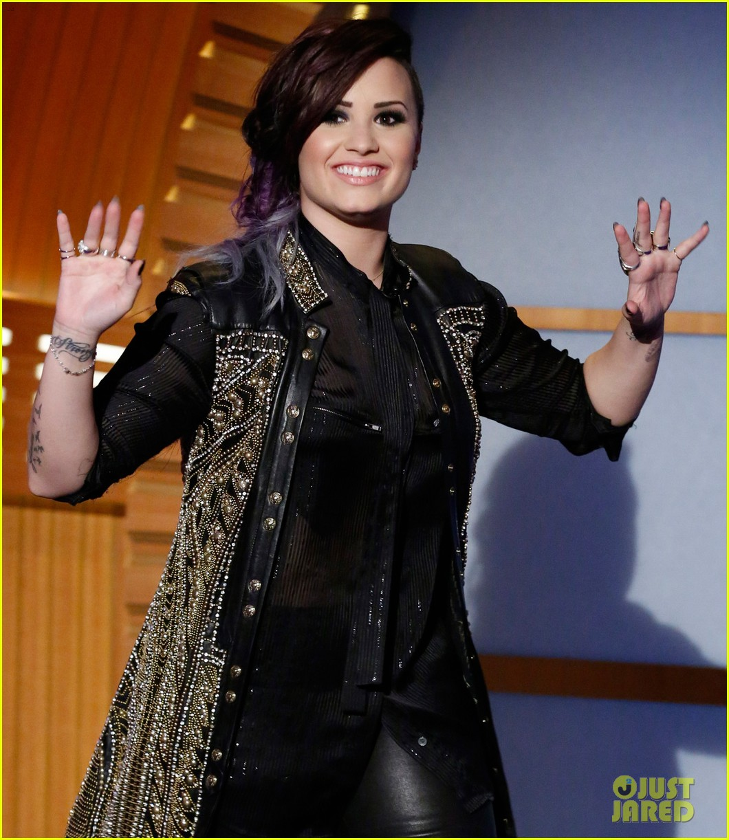 demi lovato visits late night with seth meyers 033128708