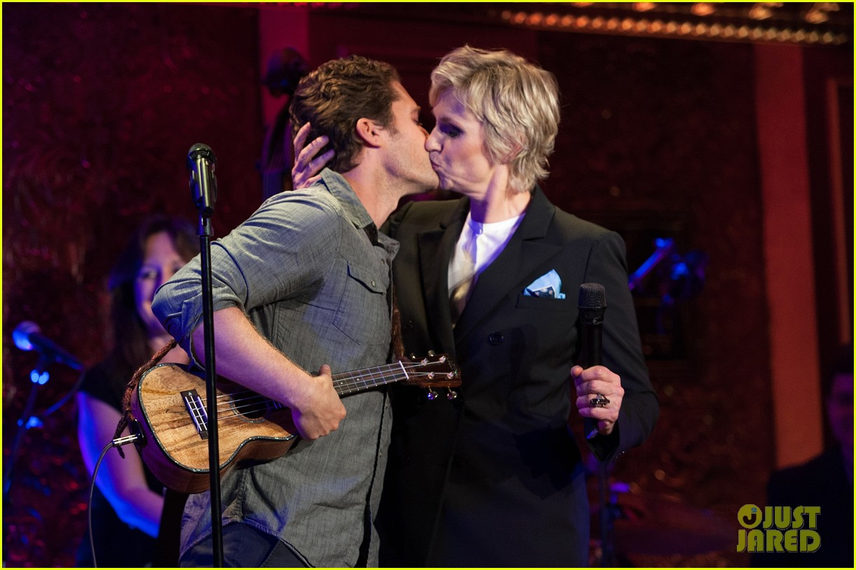 jomatthew morrison kisses jane lynch on stage for her solo concert debut 013138855